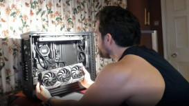 """Video: Henry """"The Witcher"""" Cavill knutselt nieuwe gaming pc in elkaar en dat gaat er erg zwoel aan toe"""